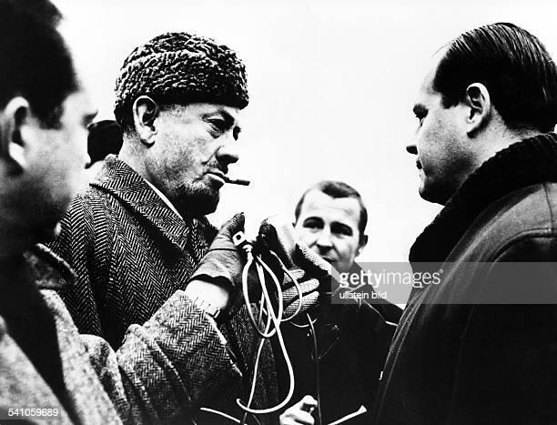 Steinbeck John *Schriftsteller USANobelpreistraeger Interwiew mit RIASReporter Juergen Graf am Checkpoint Charlie in Berlin 1963