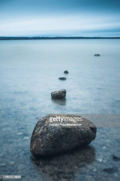 steine im ammersee - bayern stock pictures, royalty-free photos & images