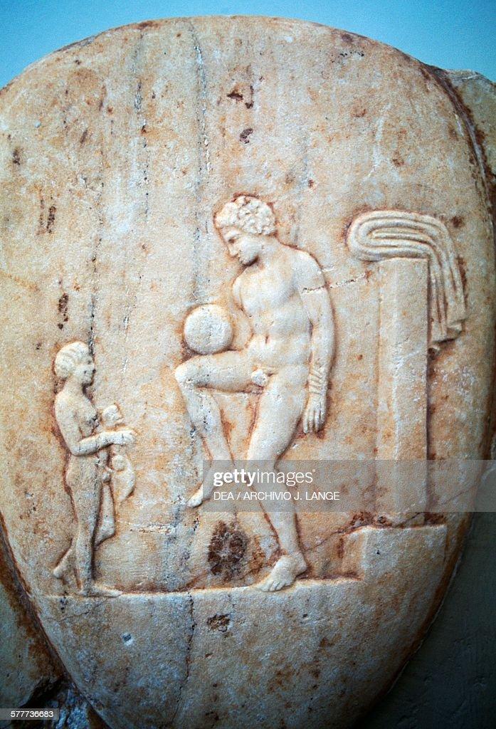 Stele depicting an athlete playing ball... : Nachrichtenfoto