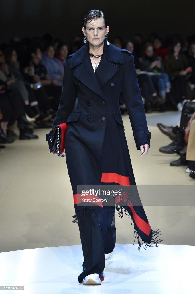 Alexander McQueen : Runway - Paris Fashion Week Womenswear Fall/Winter 2018/2019