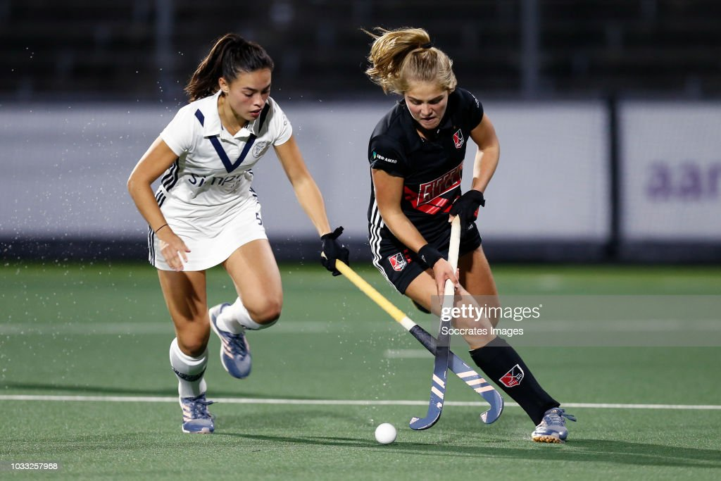 Stella van Gils of Pinoke Dames 1, Floor de Haan of Amsterdam Dames 1 during the Hoofdklasse Women match between Amsterdam v Pinoke at the Wagener Stadium on September 14, 2018 in Amsterdam Netherlands
