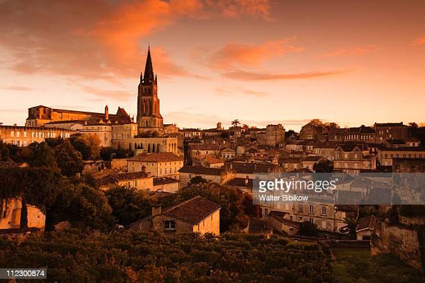 st-emilion, wine town - ワインレッド ストックフォトと画像