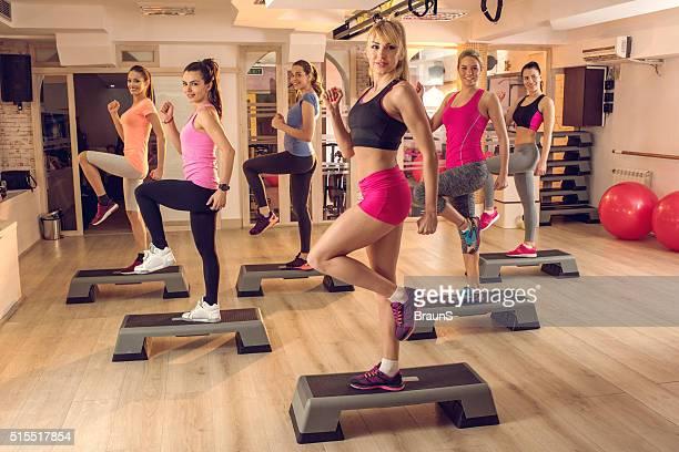 Étape d'aérobic dans un Club de remise en forme !
