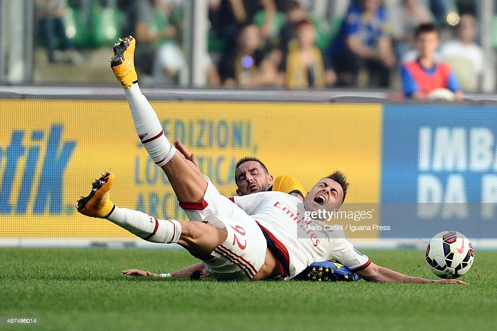 Stephan El Shaarawy # 92 of AC Milan ( R ) competes the ball with Alessandro Agostini #33 of Hellas Verona FC ( L ) during the Serie A match between Hellas Verona FC and AC Milan at Stadio Marc'Antonio Bentegodi on October 19, 2014 in Verona, Italy.