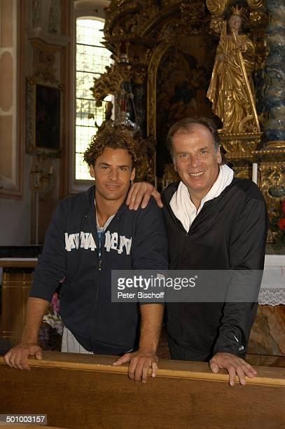 Stephan Luca Wolfgang Fierek am Set des ZDFFilms Der Bergpfarrer Heimweh nach Hohenau Sachrang /Deutschland PNr 1097/2005 Schauspieler Kirche Promi...