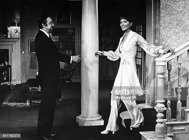 Stephane Audran *Schauspielerin Frankreichmit Fernando Rey im Film Der diskreteCharme der BourgeoisieR Luis Bunuel 1973