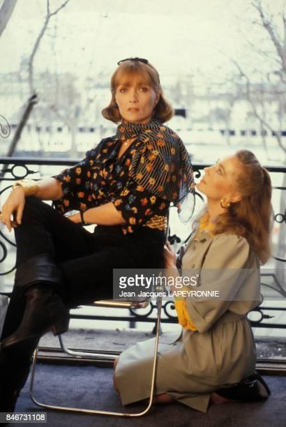 Stephane Audran et Brigitte Fossey sur le tournage du film 'La Scarlatine' realise par Gabriel Aghion en juillet 1983 a Paris France