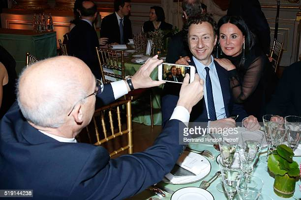 Stephane Bern sitting between Baron Jean de Gunzburg and his wife Baroness Terry de Gunzburg attend the 'Societe des Amis du Musee D'Orsay' Dinner...