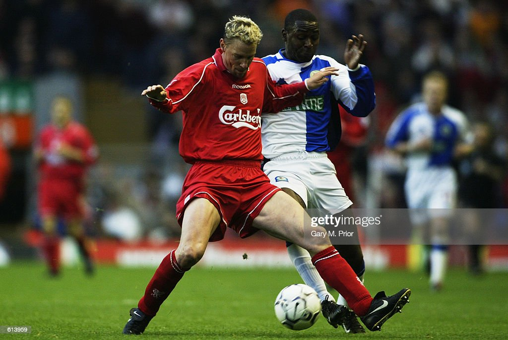 Stephane Henchoz of Liverpool and Andy Cole of Blackburn Rovers : News Photo