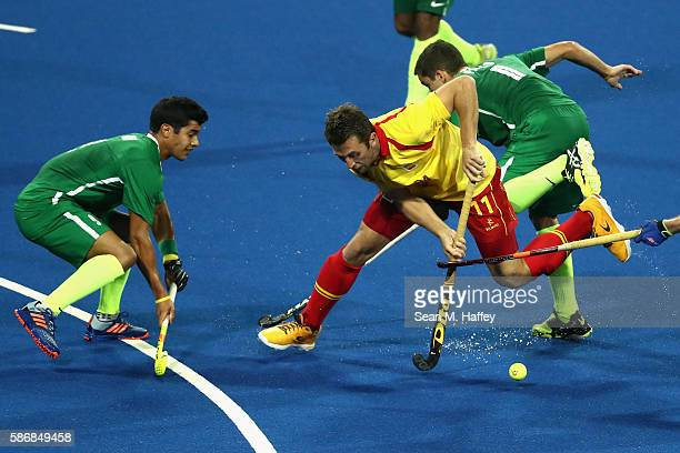 Stephane Smith of Brazil defends against Roc Oliva of Spain during a Men's Pool A match between Brazil and Spain on Day 1 of the Rio 2016 Olympic...