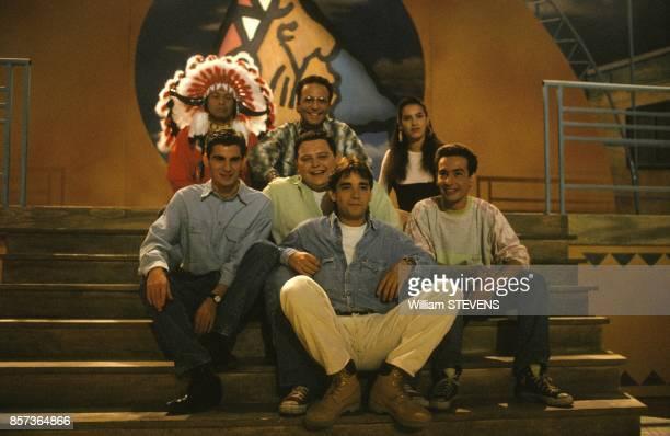 Stephane Tapie entoure des coanimateurs presente l'emission de television Y'a pas de lezard le 12 mai 1991 a Paris France