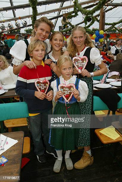 Stephanie Gräfin Von Pfuel Mit Ihrern Kindern Karl Amelie Sophie Und Benedikta Bei Der Kinderwies`N Im Käferzelt Auf Dem Oktoberfest