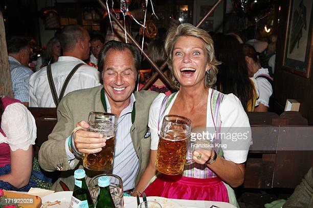Stephanie Gräfin Von Pfuel Und Freund Hendrik Te Neues Beim Almauftrieb Im Käfer Zelt Beim Oktoberfest In München
