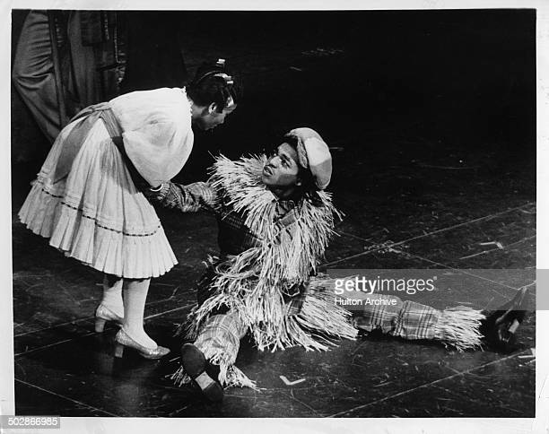Stephanie Mills as Dorothy meets Hinton Battle as the Scarecrow in the Broadway play The Wiz circa 1975