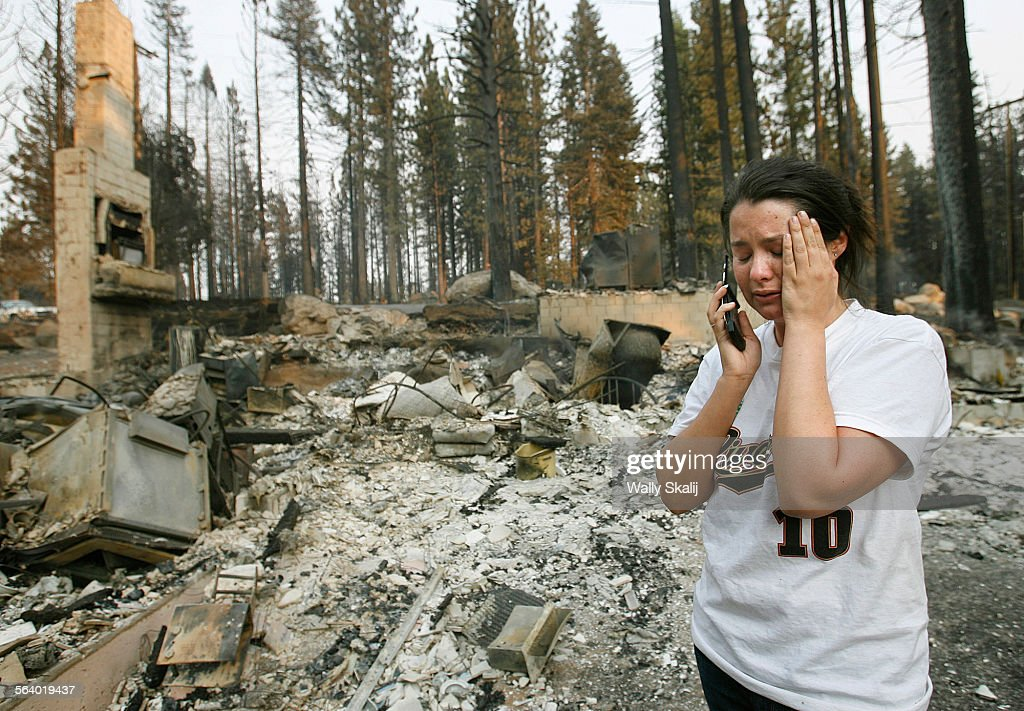 Stephanie Spees cries while talking on the cell phone next to her burned down home on Mt. Diablo in : Foto jornalística
