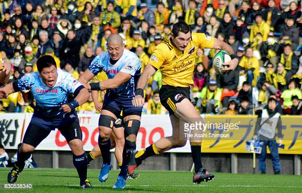 Stephen Donald of Sunory Sungoliath makes a break to score his team's second try during the Rugby Top League match between Yamaha Jubilo and Suntory...