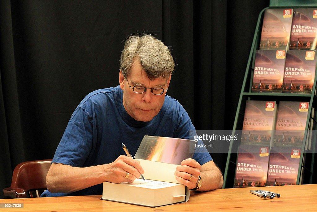 Stephen King promotes 'Under the Dome' at Barnes & Noble Buckhead on November 13, 2009 in Atlanta, Georgia.