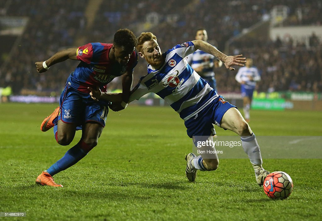 Stephen Quinn of Reading battles with Wilfried Zaha of Crystal Palace during the Emirates FA Cup sixth round match between Reading and Crystal Palace at Madejski Stadium on March 11, 2016 in Reading, England.