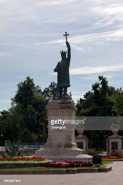 stephen the great monument in chisinau - chisinau stock pictures, royalty-free photos & images