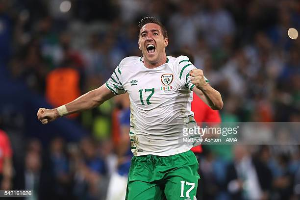 Stephen Ward of Ireland celebrates at the end of the UEFA EURO 2016 Group E match between Italy and Republic of Ireland at Stade PierreMauroy on June...