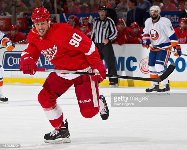 Stephen Weiss of the Detroit Red Wings follows the play during a NHL game against the New York Islanders on January 31 2015 at Joe Louis Arena in...