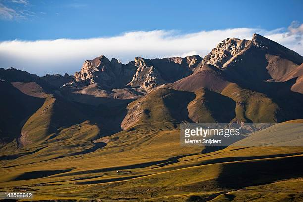 steppe valley with surrounding peaks  near gongtangxiang. - merten snijders stock pictures, royalty-free photos & images