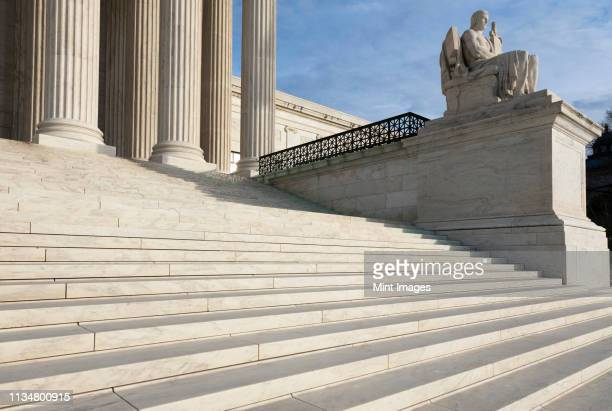 steps and statue of the supreme court building - courthouse stock pictures, royalty-free photos & images