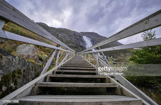 steps going from the bank of åkrafjord and up to langfossen - finn bjurvoll stockfoto's en -beelden