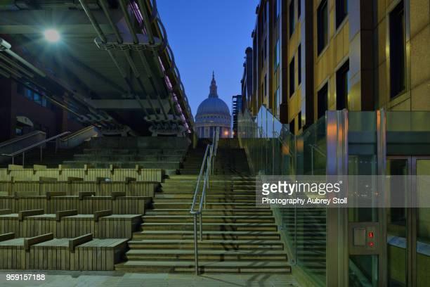 steps to millennium bridge - elevator bridge stockfoto's en -beelden