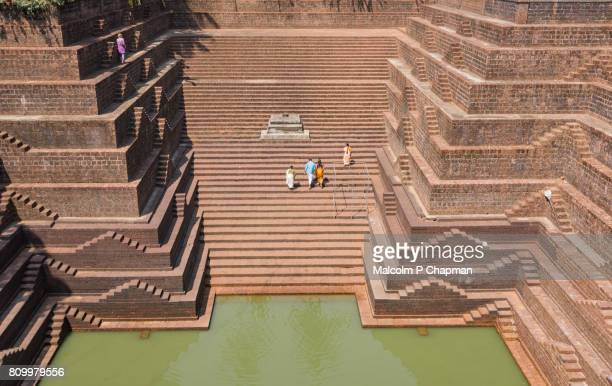 stepwell and temple pond at sri subrahmanya (subramaniya) temple, peralassery, kannur - stepwell imagens e fotografias de stock