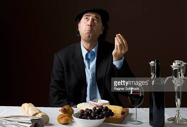 stereotypical french man with stereotypical french food - hoofddeksel stockfoto's en -beelden