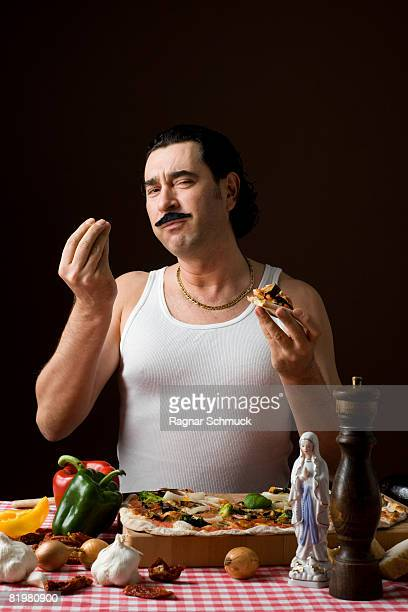 stereotypical italian man eating pizza and gesturing with hand - esprimere a gesti foto e immagini stock