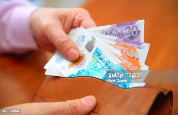 uk sterling, pound notes in wallet - twenty pound note stockfoto's en -beelden