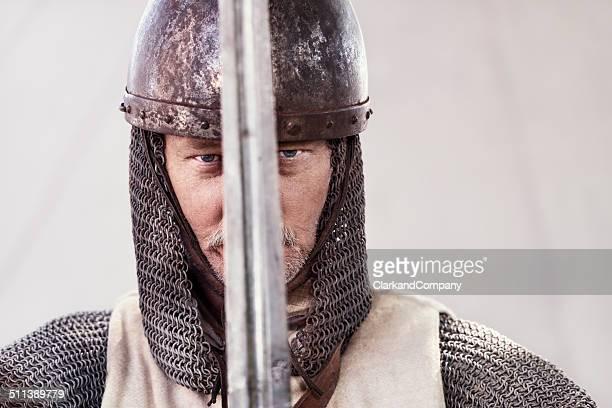 Stern olhar Knight segurando uma réplica Sword-Expressão inglesa