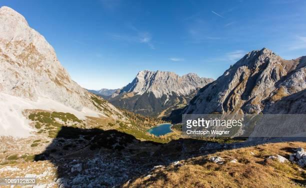 österreich - tirol - seebensee - gebirge stock-fotos und bilder