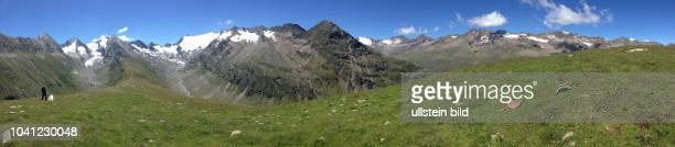 Österreich Tirol Ötztal Alpen Sommer Tourismus Obergurgl Rotmoostal Gletscher Hohe Mut Panoramaaufnahme