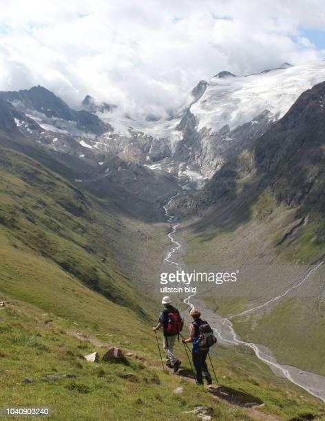 Österreich Tirol Ötztal Alpen Sommer Tourismus Obergurgl Rotmoostal Gletscher Wanderer Bergwandern