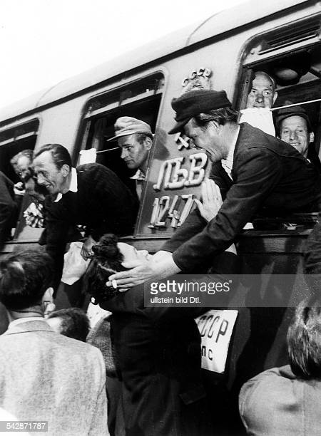 Österreichische Kriegsheimkehrer treffenaus der Kriegsgefangenschaft in Russlandauf dem Bahnhof in Wien ein und werdenvon ihren Angehörigen begrüsst...