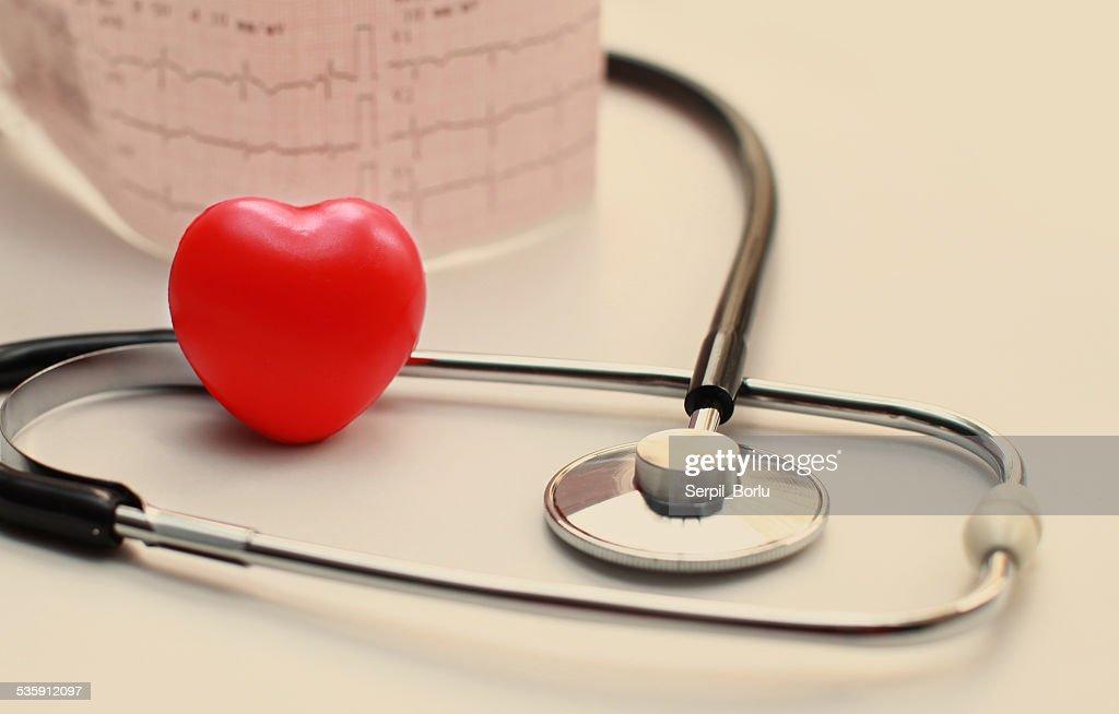 Estetoscopio y en el electrocardiograma (ECG) : Foto de stock