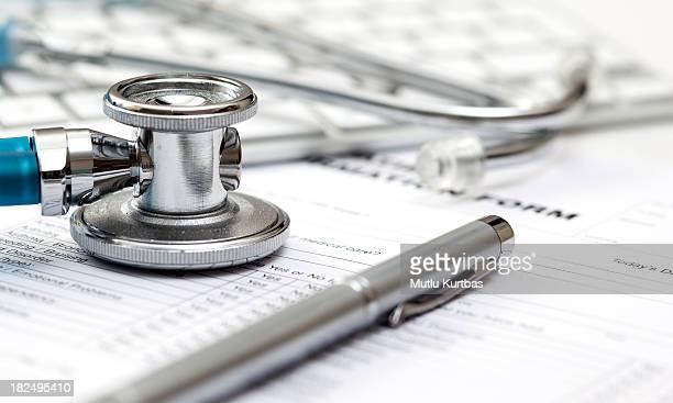 Estetoscopio y registros médicos