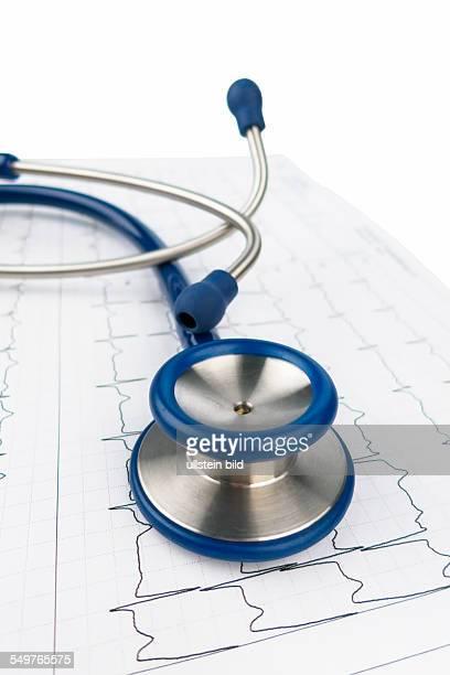 Stethoskop und Elektrokardiogramm Symbolfoto für Herzkrankheit und Diagnostik