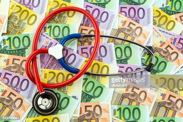 Stethoskop und EuroGeldscheine Symbolfoto für Kosten im Gesundheitswesen und für Krankenkassen und Medizin