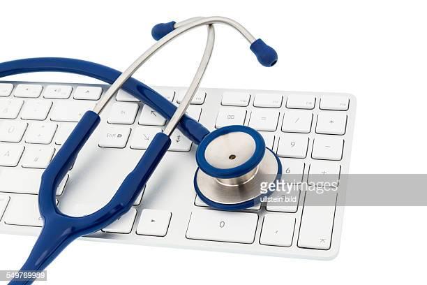 Stethoskop und Tastatur eines Computers Symbolfoto für Diagnostik und Terminverwaltung
