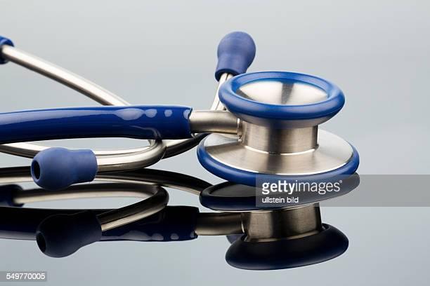 Stethoskop vor weißem Hintergrund Symbolfoto für Arztberuf und Diagnostik