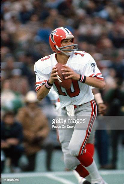 Steve Bartkowski of the Atlanta Falcons drops back to pass against the Philadelphia Eagles during an NFL football game October 5 1981 at Veterans...