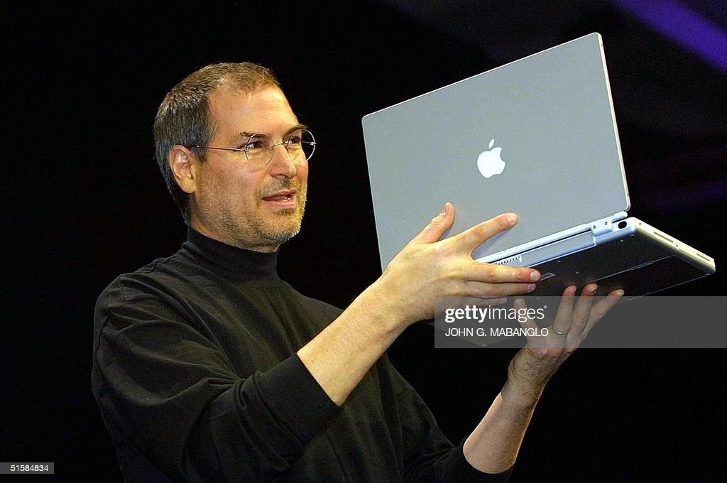 Steve Jobs, CEO of Apple Computer unveils a new ti : News Photo