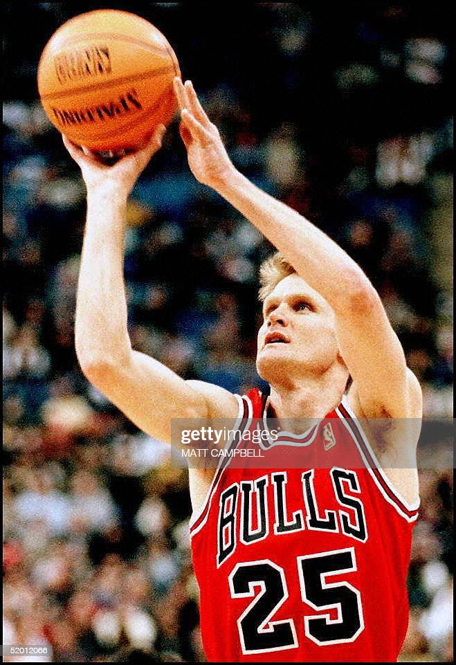 Steve Kerr, of the Chicago Bulls, shoots during th : News Photo