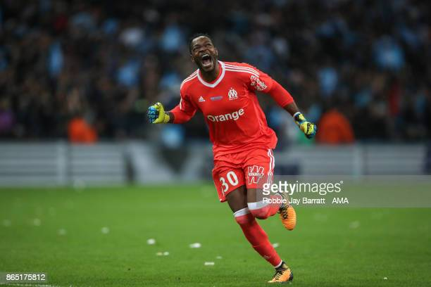 Steve Mandanda of Marseille celebrates during the Ligue 1 match between Olympique Marseille and Paris Saint Germain at Stade Velodrome on October 22...