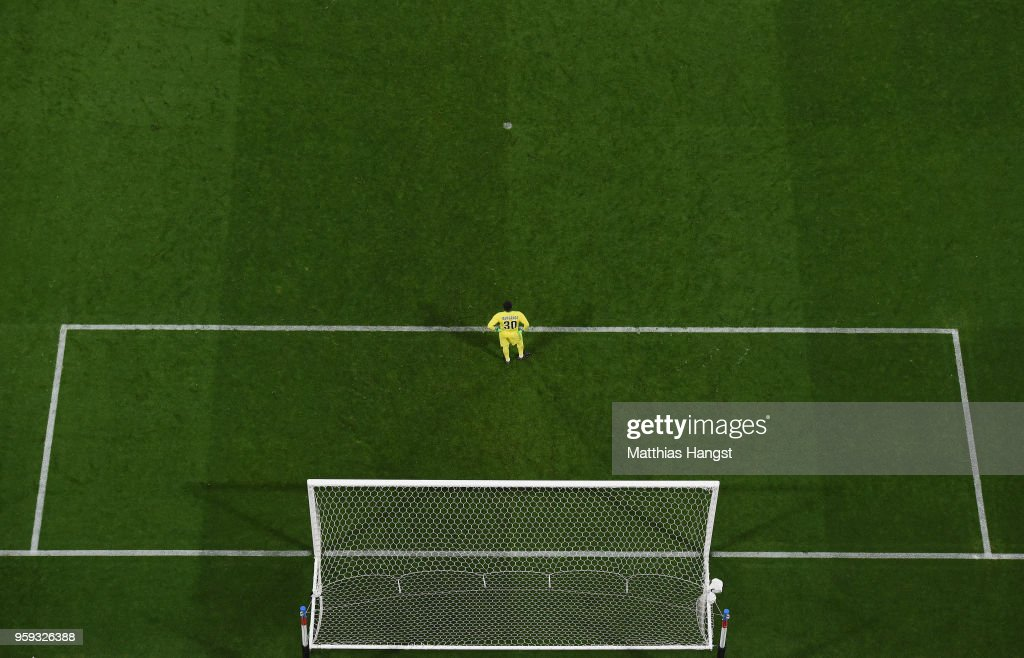 Steve Mandanda of Marseille shows his disappointment during the UEFA Europa League Final between Olympique de Marseille and Club Atletico de Madrid at Stade de Lyon on May 16, 2018 in Lyon, France.