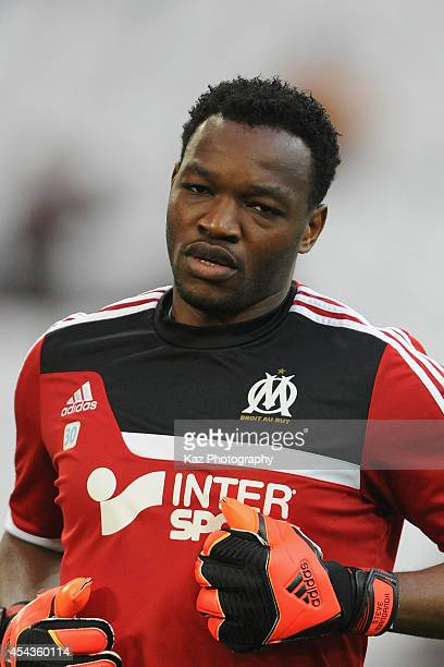 Steve Mandanda of Marseille warms up prior to the French Ligue 1 match between Olympique de Marseille and OGC Nice at Stade Velodrome on August 29...